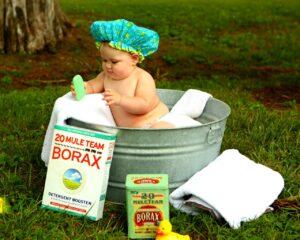 赤ちゃんがお風呂に入っている写真