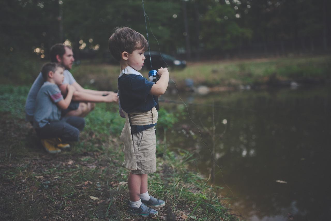 少年が釣りをする様子