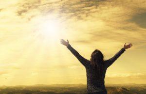 太陽に手を広げる