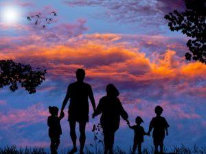 空と家族のシルエット