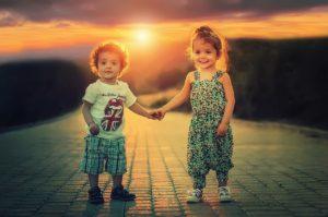 手を取り合う男の子と女の子