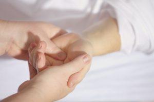 小さな手を握る