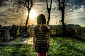 太陽を見る子ども
