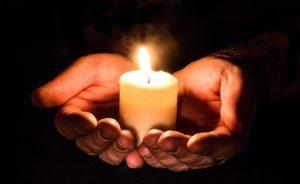 火のついた蝋燭を手に持つ