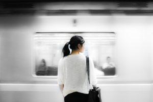 電車の前でたたずむ女性