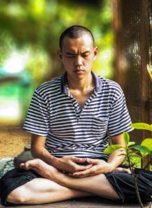 瞑想している男性