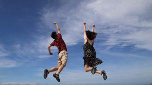 男性と女性がジャンプしている様子