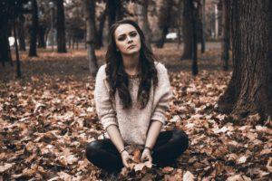 林に佇む女性