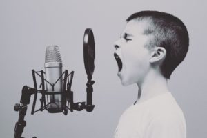 歌を歌う子ども