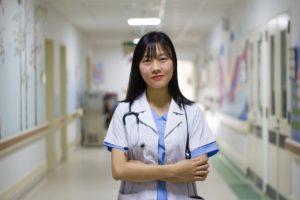 腕組みをしている看護師