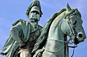 馬に乗った偉い人の像
