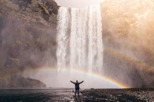 滝に向かって手を広げる