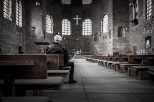 教会に佇む老人