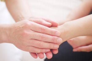 手で手を包み込む