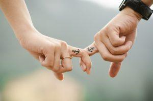 互いの指を絡ませる