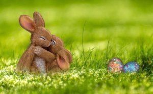 抱き合うウサギの人形