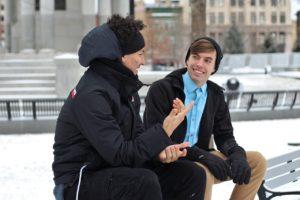 楽しそうに会話する男性たち