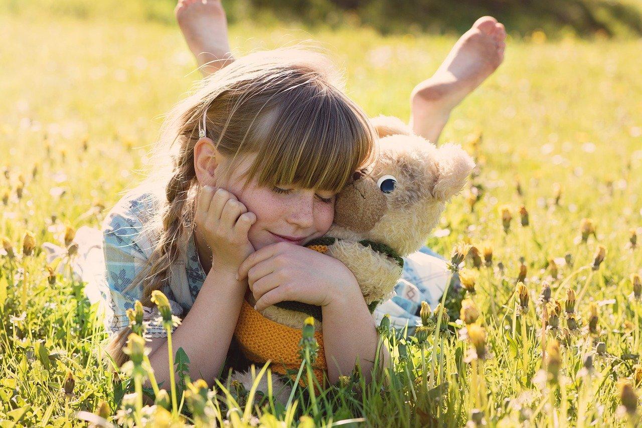 人形を抱きしめる女の子