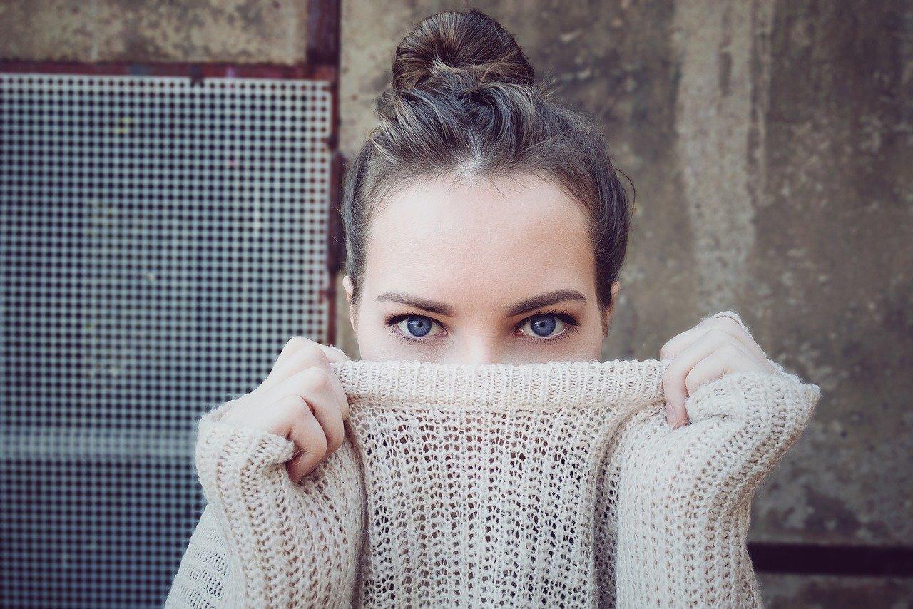 口元を服で隠している女性