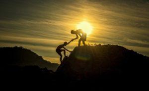協力して山を登る