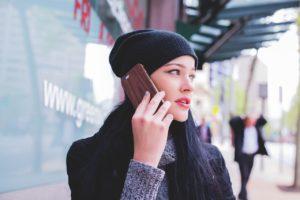 携帯で話をする女性