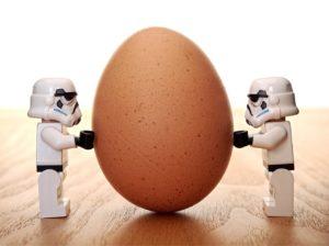 人形が卵を抑える