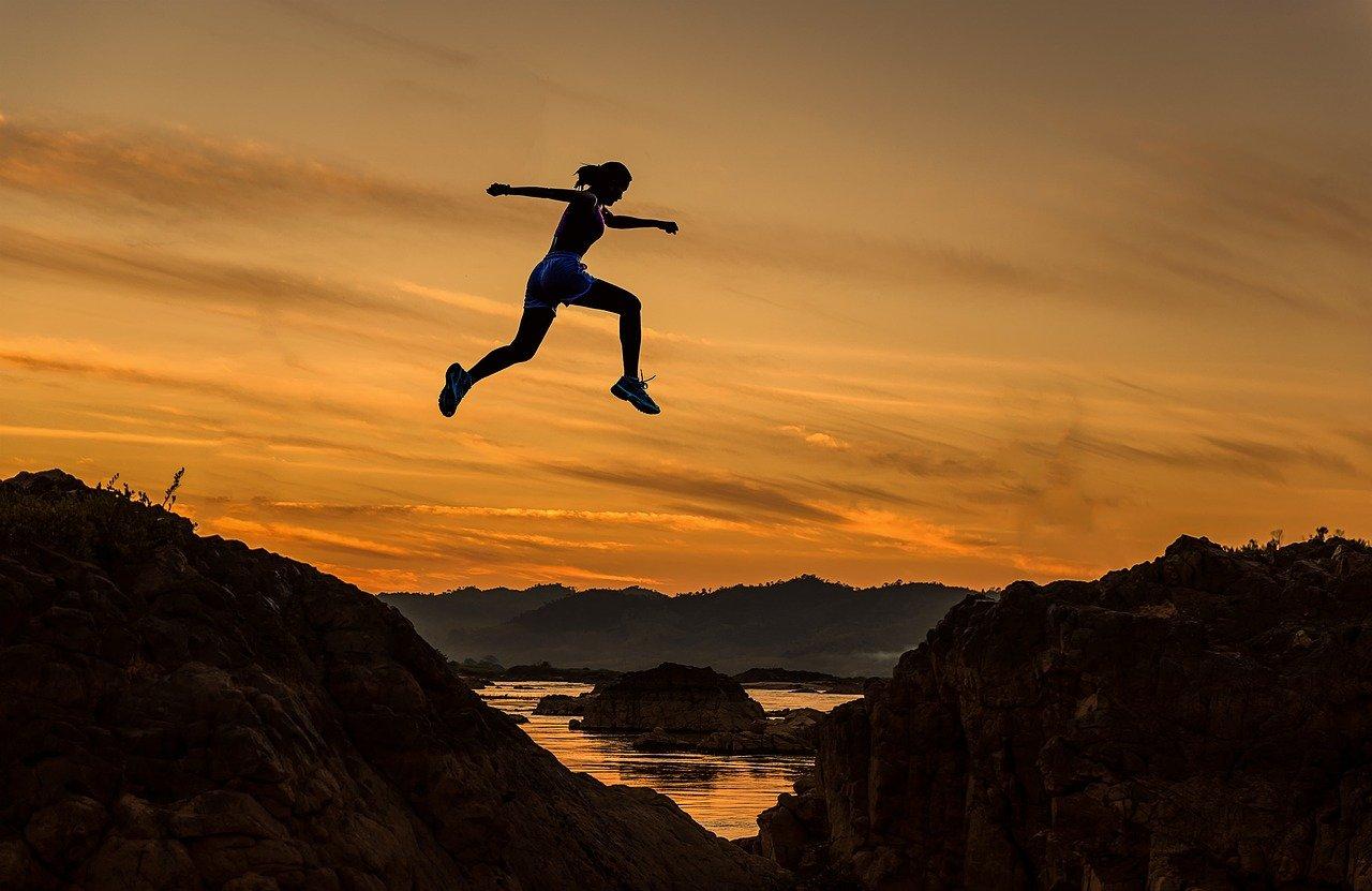 山を飛び越える人